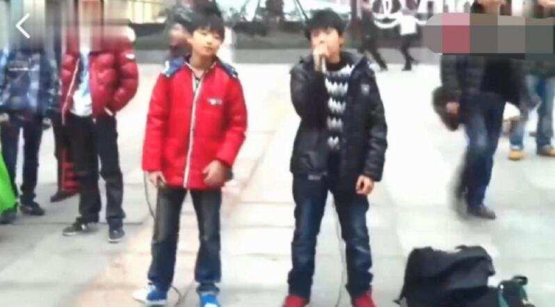 王俊凱王源早前街頭唱歌照片曝光兩元一首引圍觀