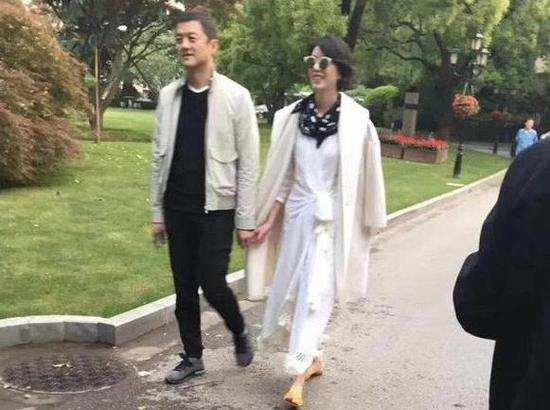 李亞鵬新女友街頭唱歌視頻曝光煙嗓迷人酷似王菲