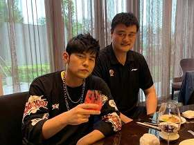 "Entertainment ""周傑倫與姚明聚餐調皮發問:知道為何坐著拍照嗎"