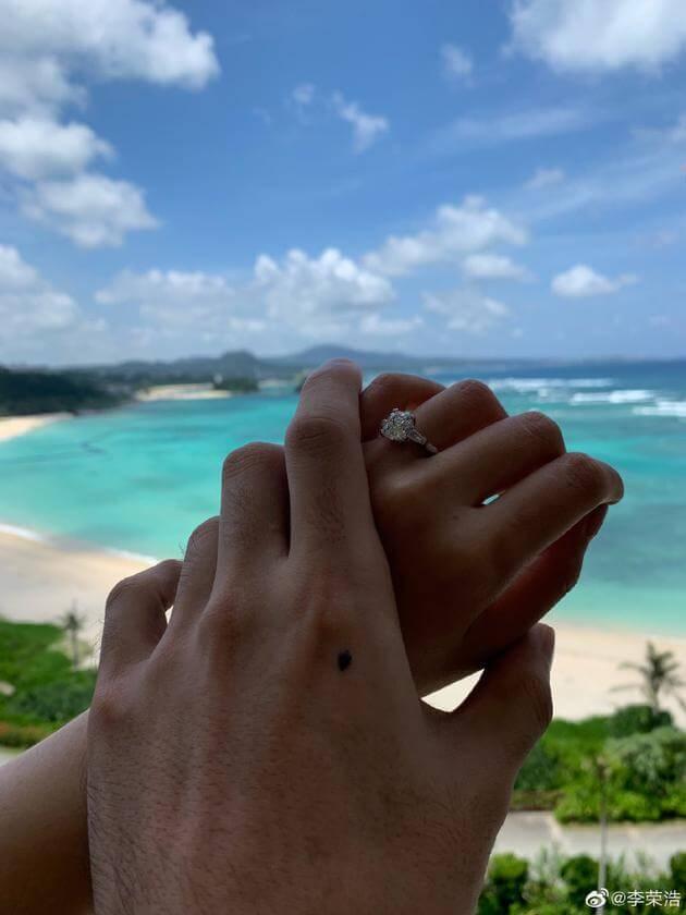 李榮浩秀求婚戒指