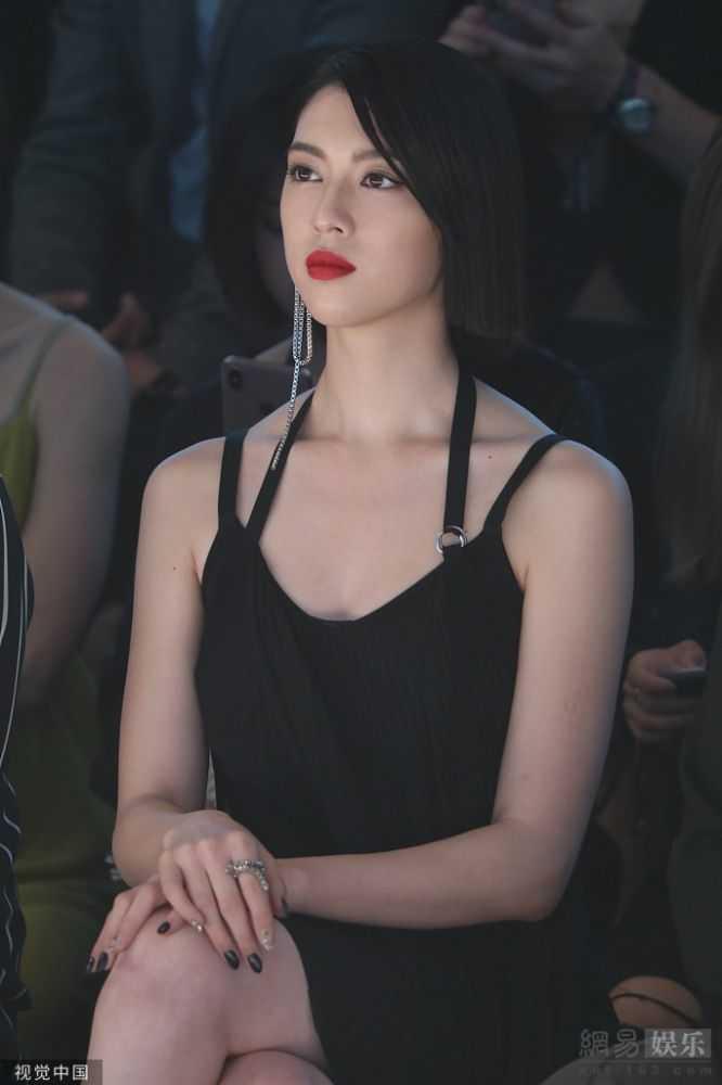 周杰倫新歌MV女主穿黑裙秀美腿氣場十足